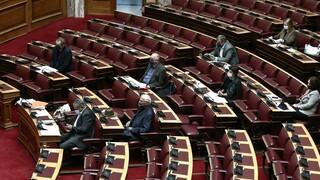 Κόντρα για την επίταξη ιδιωτικών κλινικών στη Βουλή