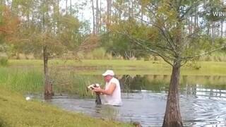 ΗΠΑ - Απίστευτο βίντεο: Άντρας σώζει το κουτάβι του από τα σαγόνια αλιγάτορα