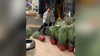 «Αύριο θα 'σαι νεκρός»: Πελάτισσα φτύνει και βρίζει υπάλληλο επειδή απορρίφθηκε η κάρτα της