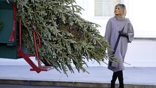 Μελάνια Τραμπ: Παρέλαβε για τελευταία φορά το χριστουγεννιάτικο δέντρο στο Λευκό Οίκο