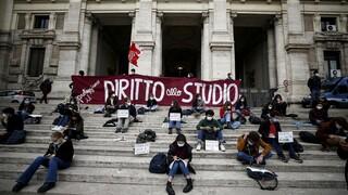 Κορωνοϊός: Τηλεκπαίδευση στο... πεζοδρόμιο - Οι Ιταλοί μαθητές θέλουν να επιστρέψουν στο σχολείο