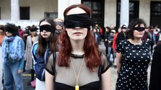 Εγκλωβισμένες στη βία: Αυξήθηκαν οι κλήσεις γυναικών στις γραμμές SOS εν μέσω καραντίνας
