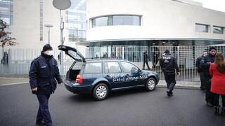 Συναγερμός στο Βερολίνο: Αυτοκίνητο έπεσε στην πύλη της Καγκελαρίας