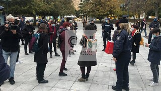 Σύνταγμα: Συγκέντρωση γυναικών για την παγκόσμια ημέρα εξάλειψης της βίας - Έγιναν προσαγωγές