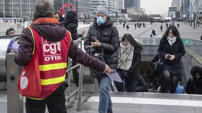 Κορωνοϊός: Αυξάνονται τα κρούσματα στις ΗΠΑ - Χαλαρώνουν τα μέτρα στην Ευρώπη