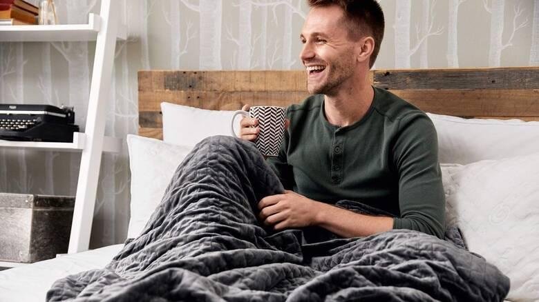 Πώς μία κουβέρτα βαρύτητας βοηθάει στην αντιμετώπιση της αϋπνίας και του στρες;