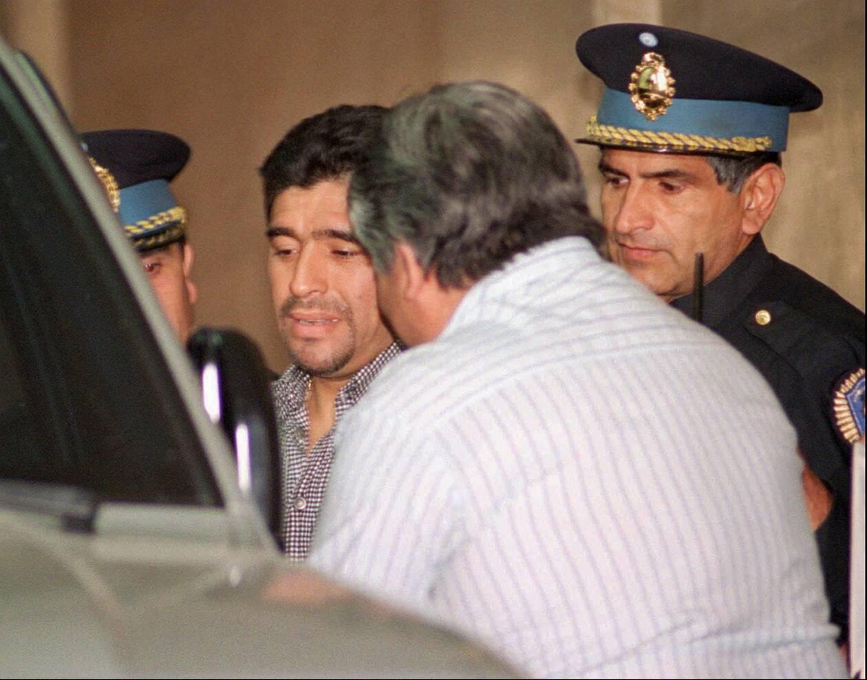 https://cdn.cnngreece.gr/media/news/2020/11/26/244402/photos/snapshot/maradona-1996-62.jpg