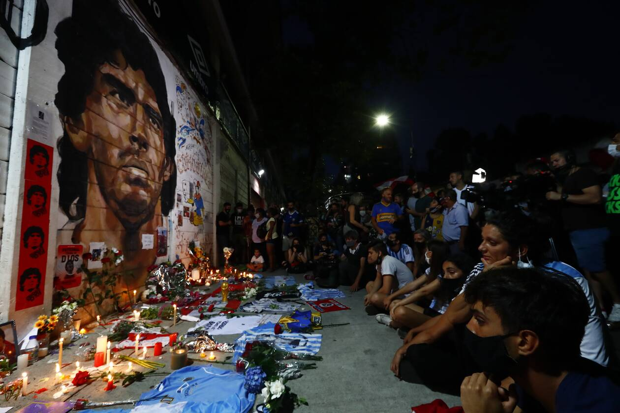 https://cdn.cnngreece.gr/media/news/2020/11/26/244402/photos/snapshot/maradona-thlipsi-kosmos-7.jpg