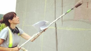 Hyuro: Η καλλιτέχνης δρόμου που ύμνησε όσο καμία τις γυναίκες