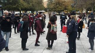 Αντιδράσεις για τη σύλληψη γυναικών στο Σύνταγμα