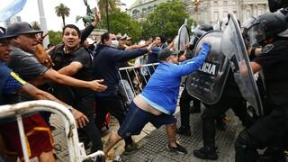Μαραντόνα: Συγκρούσεις μεταξύ αστυνομίας και πολιτών στο λαϊκό προσκύνημα