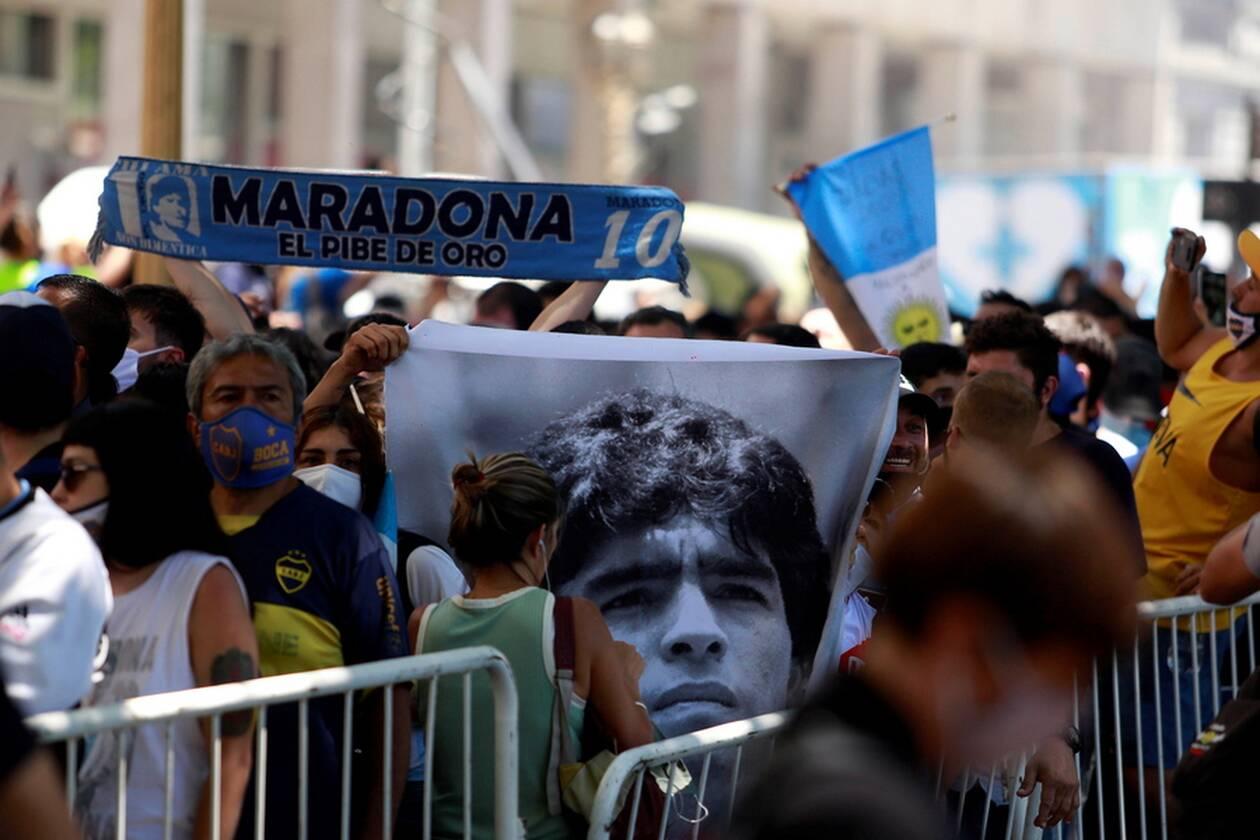 https://cdn.cnngreece.gr/media/news/2020/11/26/244504/photos/snapshot/MARADONA-2.jpg