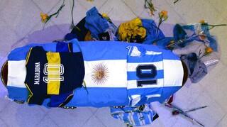Μαραντόνα: Οργή και απειλές στην Αργεντινή για τις φωτογραφίες δίπλα στο ανοικτό φέρετρο