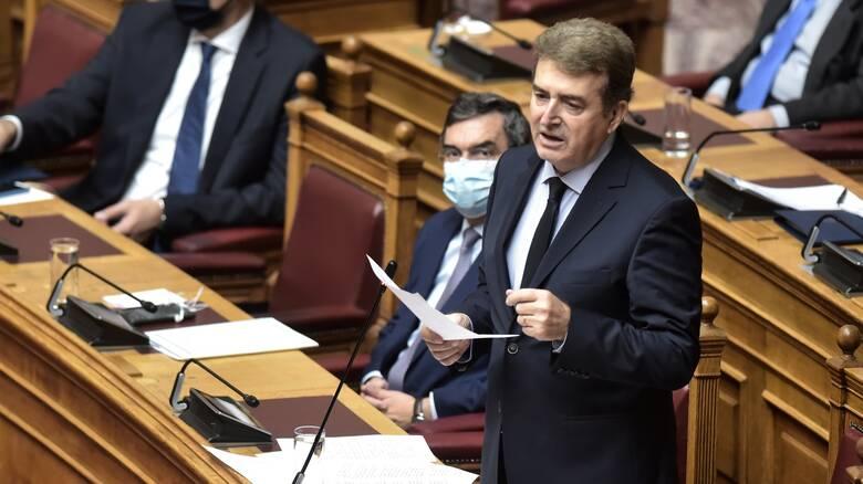 Επίθεση ΣΥΡΙΖΑ στον Χρυσοχοΐδη για τη δήλωση περί μετάδοσης του κορωνοϊού στους εξωτερικούς χώρους