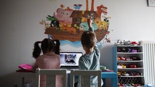 Τηλεκπαίδευση σε νήπια: H προσαρμοστικότητα, η νοσταλγία για το σχολείο και τα... ευτράπελα