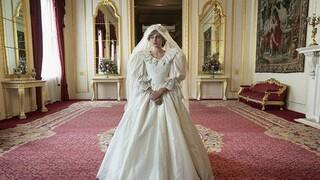 The Crown: Η Έμα Κόριν φέρνει στη δημοσιότητα στιγμιότυπα από τα παρασκήνια της σειράς