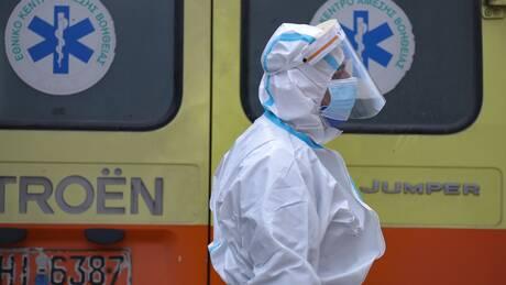 Κορωνοϊός: Επτά ώρες και τρία ασθενοφόρα για τη διακομιδή ασθενούς από το Βόλο στην Κόρινθο