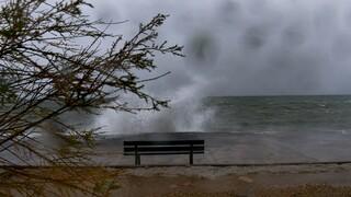 Καιρός: Βροχές, κρύο και θυελλώδεις άνεμοι στο Αιγαίο την Πέμπτη