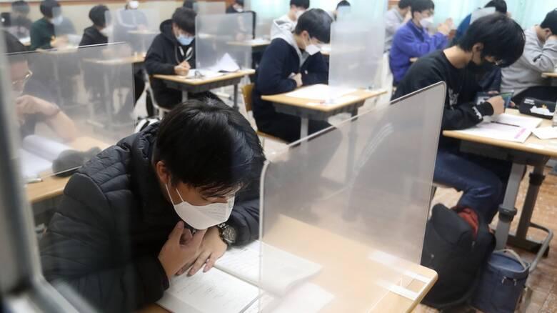 Πρωτοφανείς εικόνες στη Νότια Κορέα: Εξετάσεις για 500.000 μαθητές πίσω από πλαστικά χωρίσματα