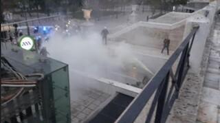 Σύνταγμα: Ένταση μεταξύ αστυνομίας και ομάδας νεαρών που άνοιξε πανό για τον Γρηγορόπουλο
