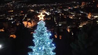 Εντυπωσιακό βίντεο: Η Λαμία... φόρεσε τα χριστουγεννιάτικά της και «μαγεύει»