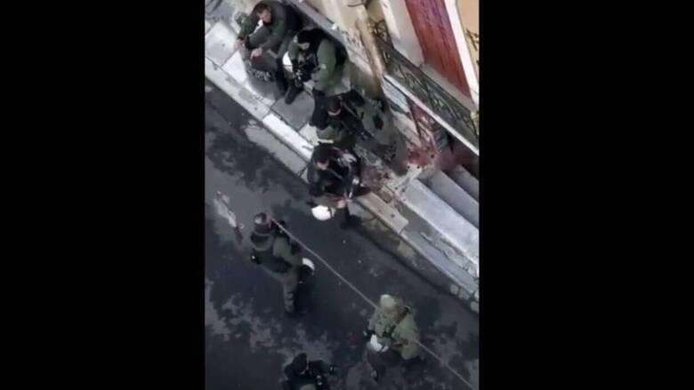 Επέτειος Γρηγορόπουλου: Έρευνα για το βίντεο αστυνομικών που καταστρέφουν ανθοδέσμη