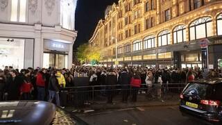 Σκηνές χάους στα Harrods του Λονδίνου: Ουρές εκατοντάδων και μηδέν μέτρα