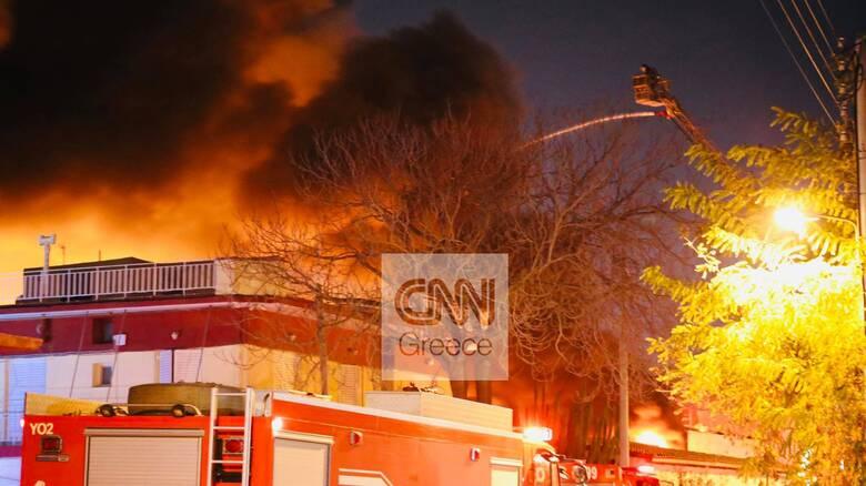 Φωτιά σε βιοτεχνία στο Μοσχάτο: Μεγάλη μάχη της Πυροσβεστικής με τις φλόγες