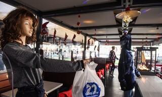 Θεσσαλονίκη: Ψητοπωλείο γέμισε με πελάτες... κούκλες!