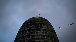 Βαρκελώνη: Ο Βρετανός Spiderman σκαρφαλώνει σε κτήριο 150 μέτρων χωρίς καμία προστασία
