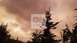 Σφοδρή καταιγίδα και... κόκκινος ουρανός στην Αττική - Η κακοκαιρία έφερε κυκλοφοριακό κομφούζιο