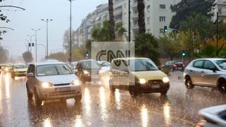 Καιρός: Σφοδρή βροχόπτωση «σαρώνει» την Αττική - Σοβαρά κυκλοφορικά προβλήματα