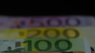 Επίδομα 800 ευρώ: Ξεκινά σήμερα η πληρωμή 445.365 δικαιούχων