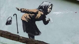 Banksy: Επιβεβαιώνει ότι η «γυναίκα που φταρνίζεται» είναι το νέο του έργο