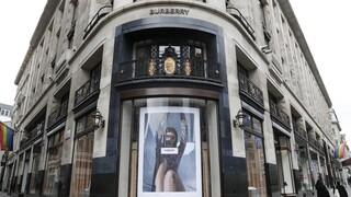 Ο οίκος Burberry δωρίζει υφάσματα σε σπουδαστές μόδας - Όχι όμως το εμβληματικό καρώ