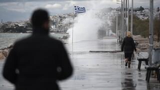 Συνεχίζεται η κακοκαιρία: Παρασύρθηκε όχημα στην Κρήτη από υπερχείλιση ποταμού
