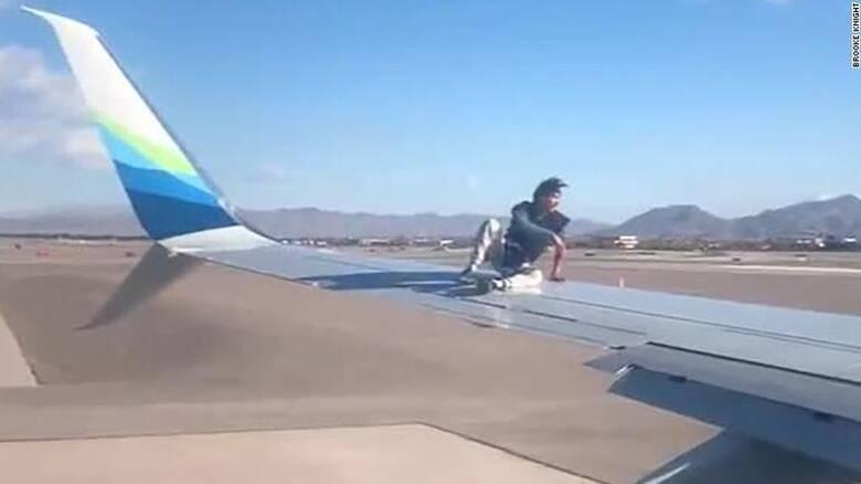 Ανέβηκε στο φτερό του αεροπλάνου την ώρα που ετοιμαζόταν για απογείωση