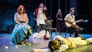 Εθνικό Θέατρο: «Η Στέλλα με τα κόκκινα γάντια» του Ιάκωβου Καμπανέλλη σε live streaming