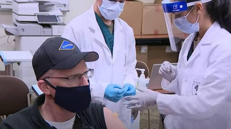 «Αυτό ήταν όλο; Δεν πόνεσε καθόλου!»: Ο εμβολιασμός on camera του επικεφαλής του Πενταγώνου