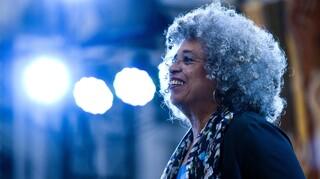 Άντζελα Ντέιβις: Η σπουδαία ακτιβίστρια λανσάρει σειρά ρούχων για τα πολιτικά δικαιώματα