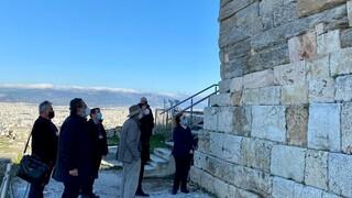 Ακρόπολη: Σε κίνδυνο το μνημείο του Αγρίππα - Άμεση έναρξη των έργων αποκατάστασης ζητά η Μενδώνη