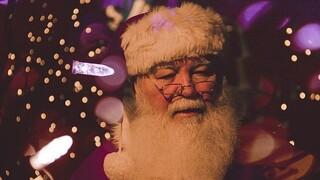 Άγιος Βασίλης σώζει τα Χριστούγεννα και συναντά παιδιά με... βιντεοκλήση