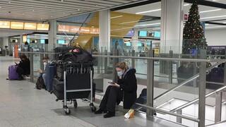 Χάος από το νέο στέλεχος Covid: Εγκλωβισμένοι επιβάτες και συνωστισμός σε αεροδρόμια