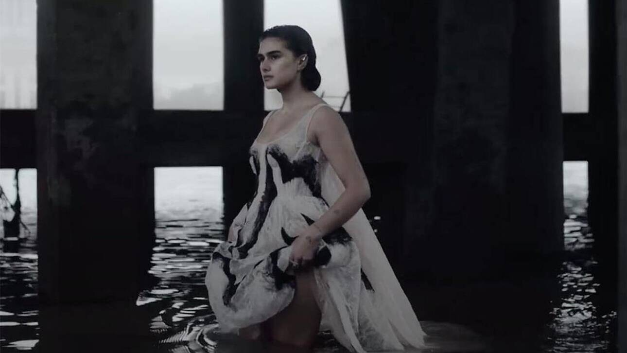 Alexander McQueen: Με ένα απόκοσμο φιλμ-ωδή στο Λονδίνο παρουσιάζει τη συλλογή Άνοιξη/Καλοκαίρι 2021