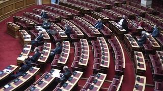 Βουλή: Σφοδρές αντιδράσεις στο πολυνομοσχέδιο «σκούπα» για την πανδημία