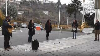 «Ευχαριστώ» μετά μουσικής: Δάσκαλοι είπαν τα κάλαντα στους εργαζόμενους του νοσοκομείου Έδεσσας
