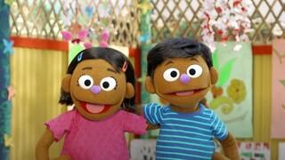 Sesame Street: Δύο νέες κούκλες εστιάζουν στο δράμα των προσφυγόπουλων Ροχίνγκια