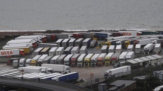 Κλείσιμο συνόρων Βρετανία: Απελπισία με 3.000 φορτηγά εγκλωβισμένα στο Κεντ