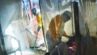 «Έρχονται κι άλλοι φονικοί ιοί»: O γιατρός που ανακάλυψε τον Έμπολα προειδοποιεί