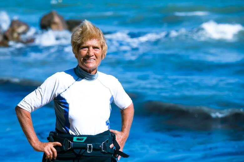 Αναστασία Γερολυμάτου: Στα 82 της «σπάει» το ρεκόρ Γκίνες και είναι η γηραιότερη σέρφερ στον κόσμο!
